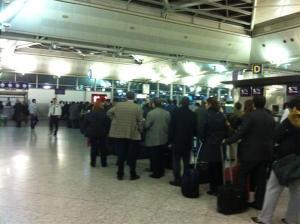 Havaalanında harç pulu kuyruğu (Kaynak: http://seyahatozgurlugu.blogspot.com/ )