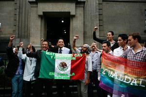 Yüksek Mahkeme önünde gösteri düzenleyen eşcinsel hakları aktivistleri