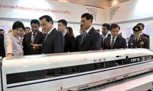 Başbakan Yingluck (en solda) tren maketlerini inceliyor